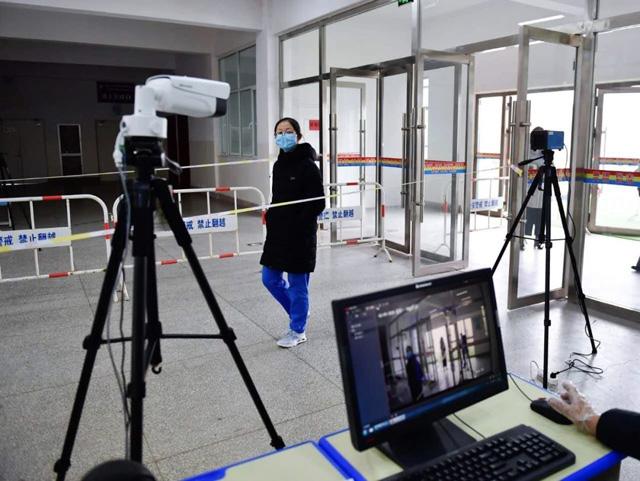 9日,在青海省海东市第二中学,学生接受热感应成像仪测温
